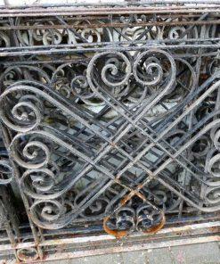 Antieke smeedijzeren balkon hekwerk van ca 80 cm hoog-2