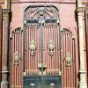 Antieke zwarte smeedijzeren poort met bronzen ornamenten-1