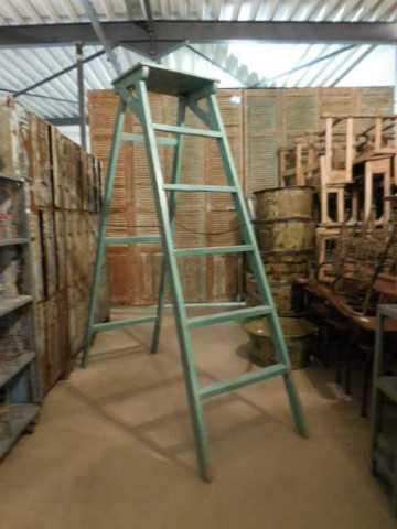 Oude opgeknapte bibliotheek ladder-1