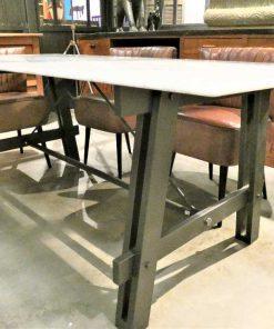 Strakke eettafel met metalen frame en wit marmeren blad-2