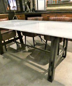 Strakke eettafel met metalen frame en wit marmeren blad-3
