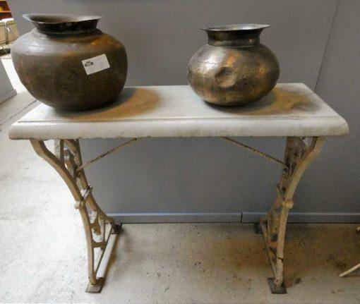 Antieke sidetable met gietijzeren onderstel en wit marmeren blad-1