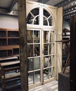Grote spiegel in antiek raamkozijn va